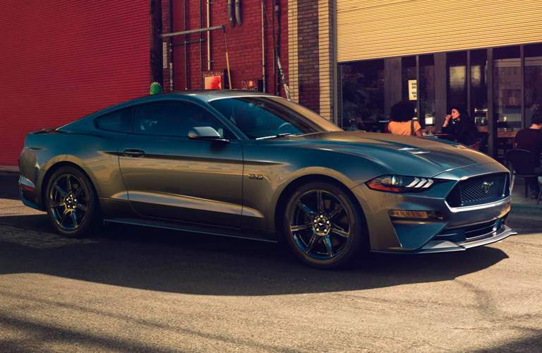 Side profile of the 2018 Ford Mustang in front of a cafe