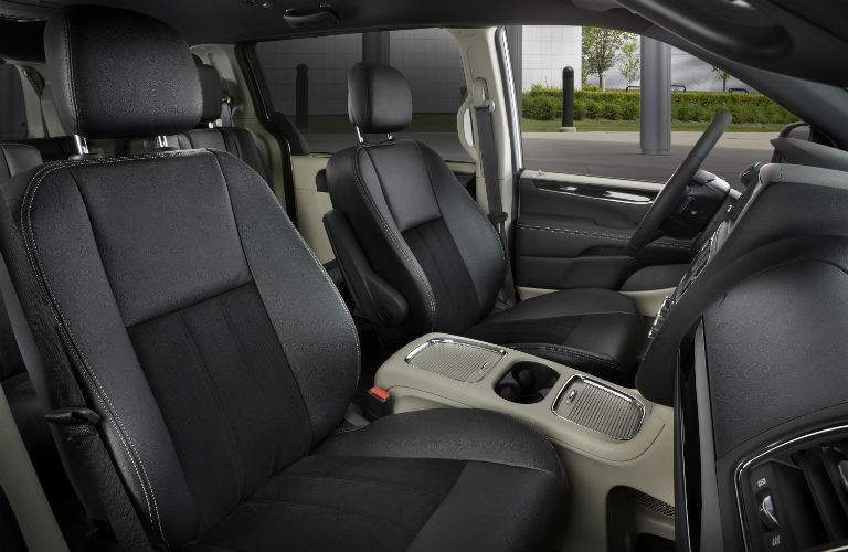 Side view of the 2018 Dodge Caravan's front seats