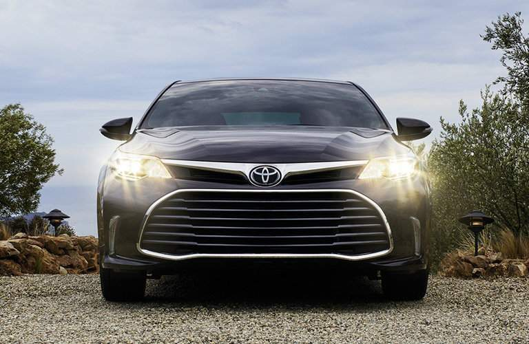 compare 2018 toyota avalon with 2017 nissan maxima