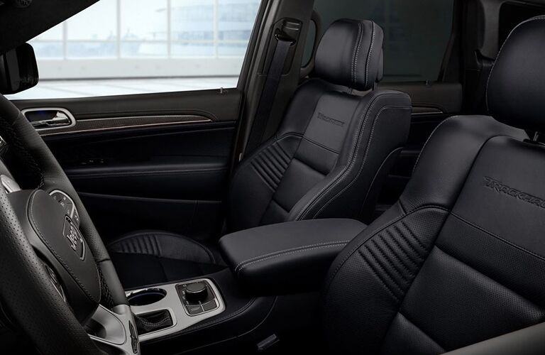 A photo of the driver and front passenger seats in the 2019 Grand Cherokee.