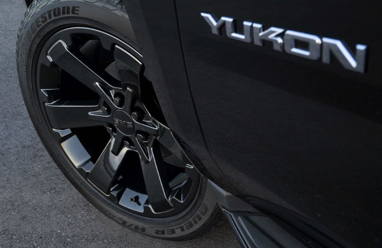 A photo of the exclusive wheels used on the 2019 GMC Yukon Graphite Edition.