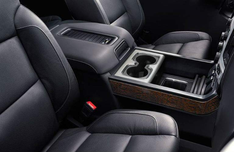Front seats and cup holders inside the 2018 GMC Sierra 1500