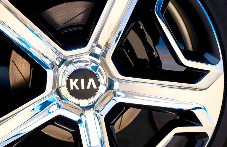 """Wheel spokes of 2020 Kia Telluride with """"Kia"""" logo present"""