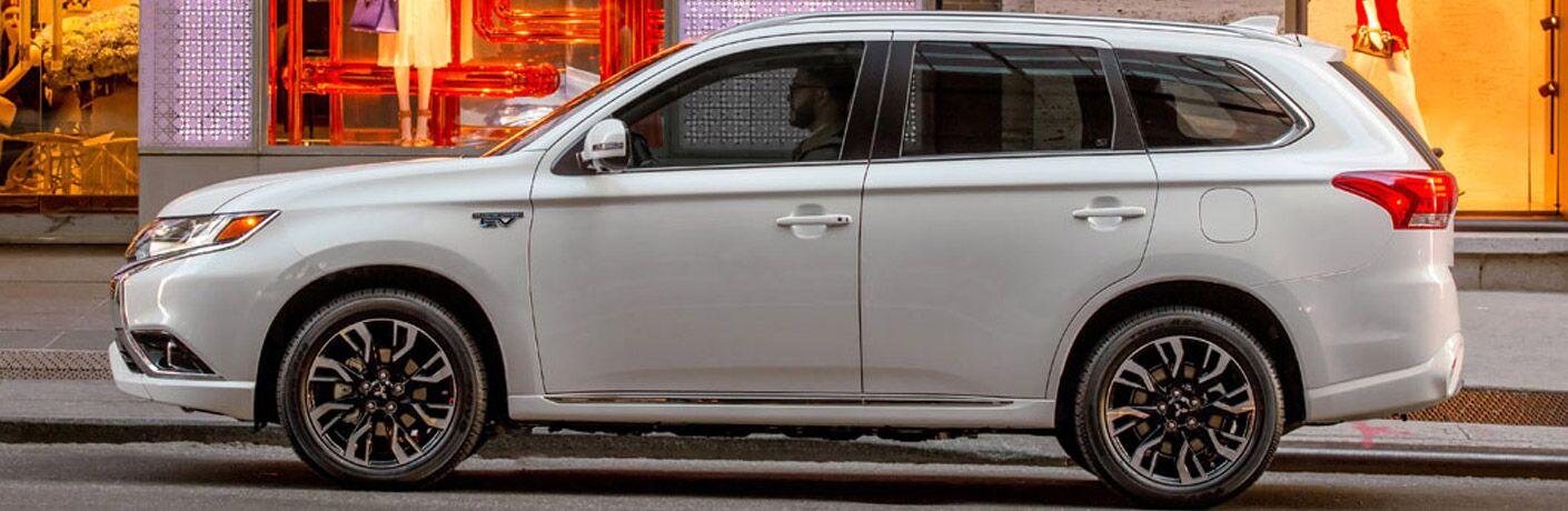 Perfil lateral del Mitsubishi Outlander PHEV 2018 blanco