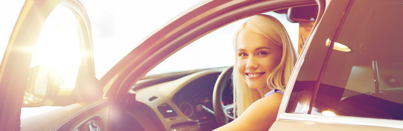 Una mujer está sentada en un vehículo