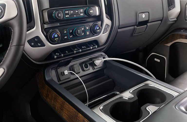 Close up on the infotainment system and console in the 2018 GMC Sierra 1500