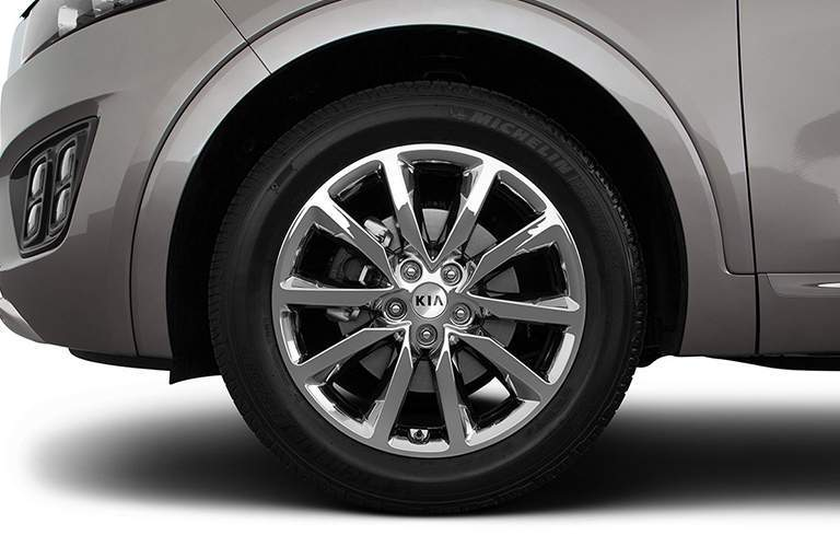 Isolated view of 2018 Kia Sorento tire and wheel