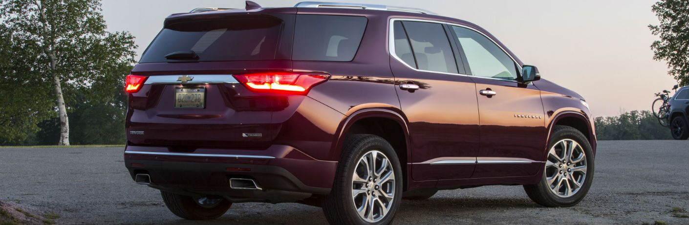 A right profile photo of the 2018 Chevy Traverse parked in a lot.