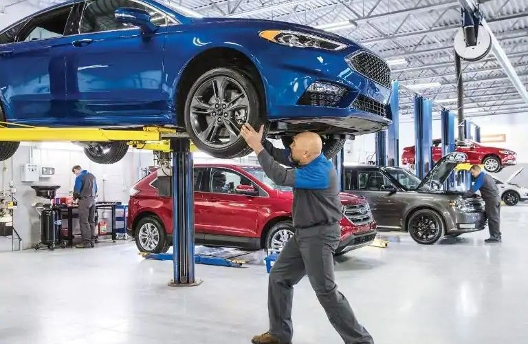 Image of a service mechanic performing a 172-Point Inspection