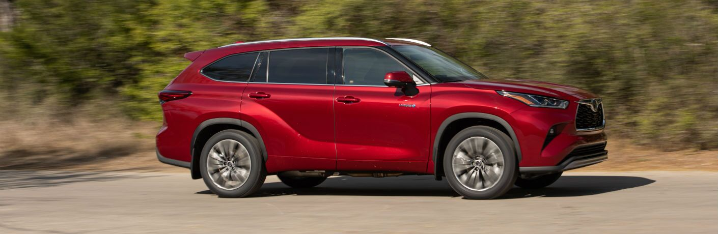 A right profile photo of the 2020 Toyota Highlander Hybrid in motion on the road.