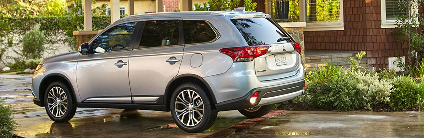 2017 mitsubishi outlander rear view parked