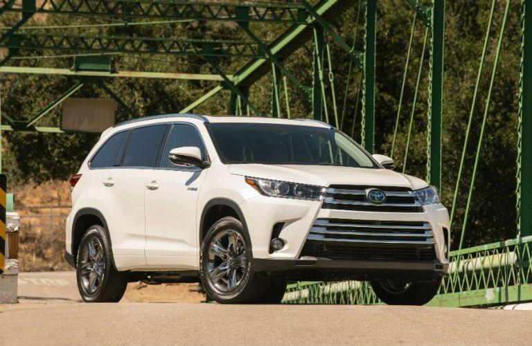 2019 Toyota Highlander Hybrid Exterior Passenger Side Front Profile