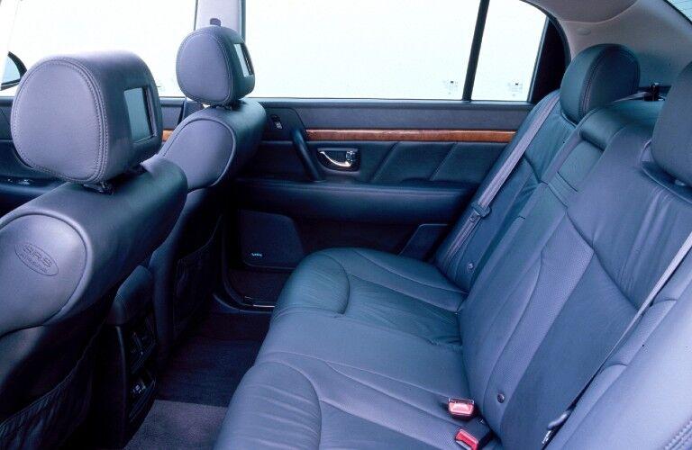 Rear seats in the 2004 Kia Amanti