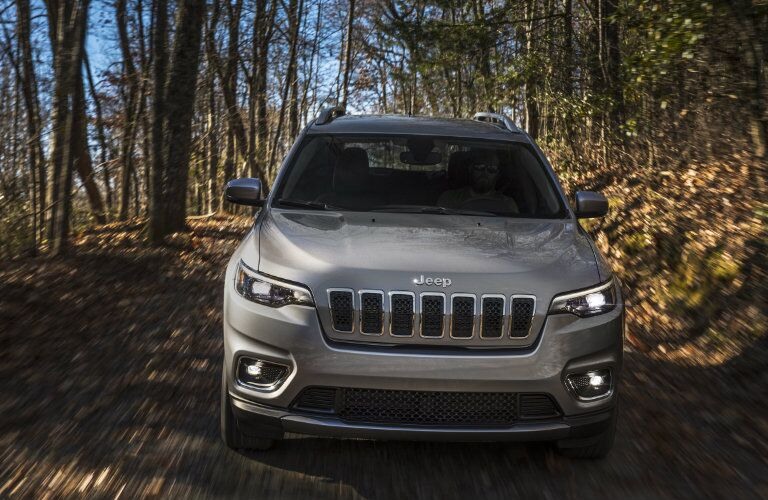 front view of 2019 Jeep Cherokee driving