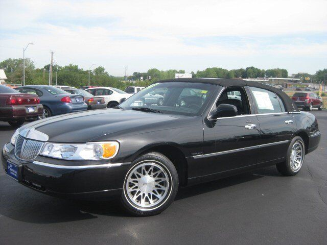2002 Lincoln Town Car Signature photo
