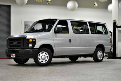 2009_Ford_Econoline E-350_12 Passenger_ Boston MA