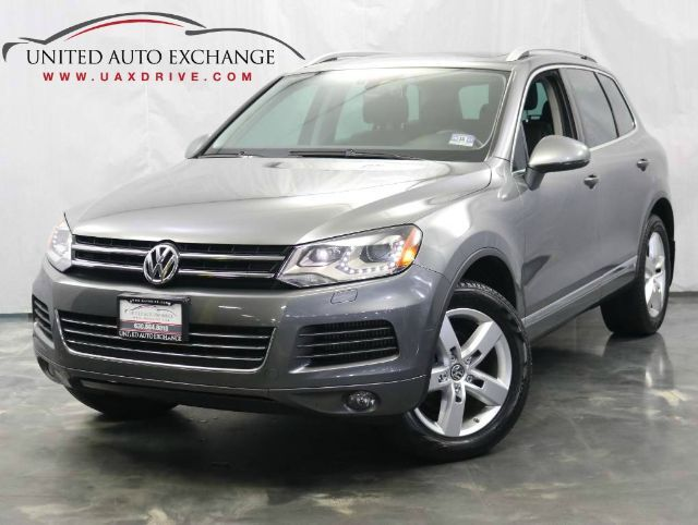 2013 Volkswagen Touareg Sport / 3.0L V6 TDI DIESEL Engine / AWD / Panoramic Sunroof / Navigation / Bluetooth / Rear View Camera / Heated Leather Seats Addison IL