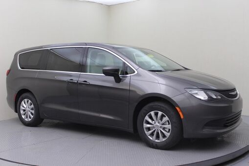 2017_Chrysler_Pacifica_Touring_