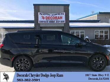 2018_Chrysler_Pacifica_4d Wagon Touring L Plus_ Decorah IA