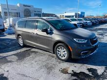 2021_Chrysler_Pacifica_Touring L_ Milwaukee and Slinger WI