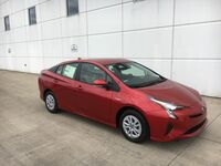 Toyota Prius Two w/ Heated Leather 2017